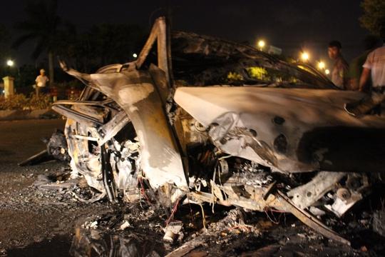 Người đàn ông bên trong xe bị cháy không thể nhận diện được.