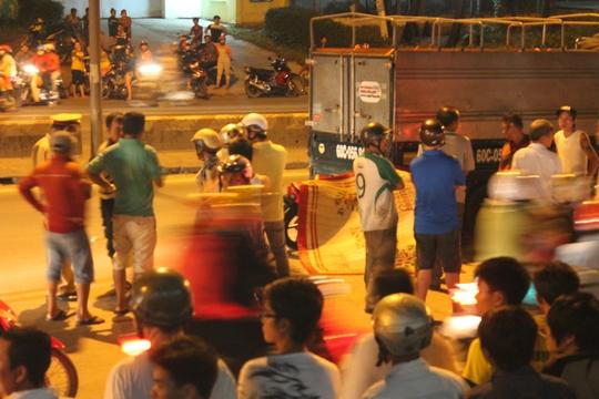 Người dân vây kín hiện trường 2 vụ tai nạn