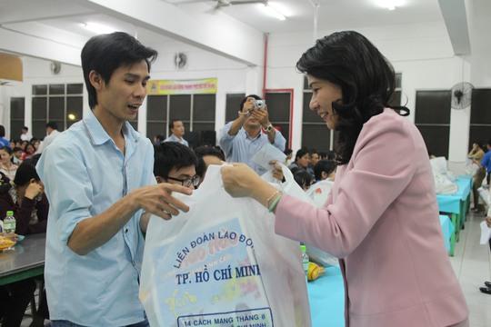 Bà Nguyễn Thị Thu, Chủ tịch LĐLĐ TP HCM, tặng quà cho công nhân KCX Linh Trung 1, nhân dịp Tết Ất Mùi