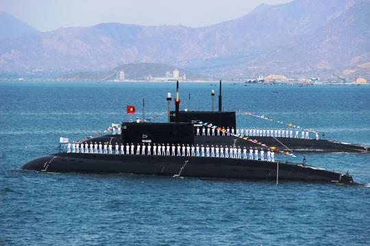 Biên đội tàu ngầm diễu hành tại quân cảng Cam Ranh vào lễ kỷ niệm 60 năm thành lập Quân chủng Hải quân