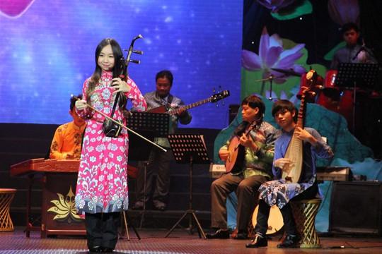 Thảo Linh và Bá Hưng biểu diễn trong chương trình Nàng Sen. Các em là những tài năng trẻ của Nhà hát ca múa nhạc dân tộc Bông Sen. Ảnh: Kim Khánh