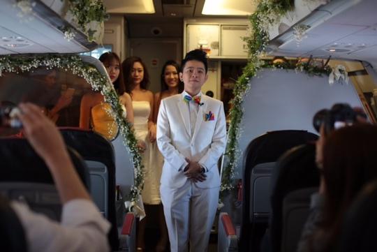 Chú rể Tăng Ái Linh đứng chờ cô dâu ở phía trước của khoang hành khách máy bay