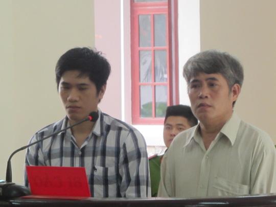 Nguyễn Văn Mã (hình phải) cùng con trai tại phiên xét xử