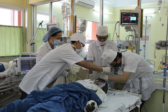 BS bệnh viện Việt Nam-Thụy Điển tiến hành hồi sức cấp cứu cho các bệnh nhân