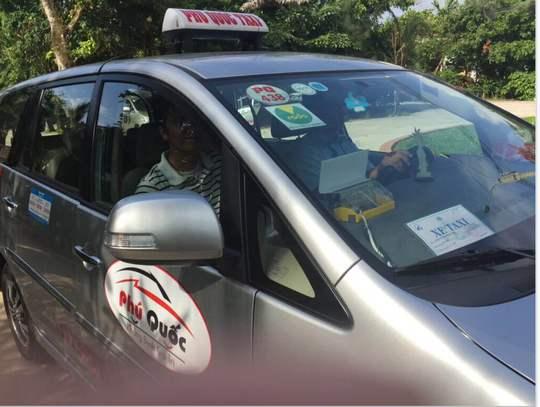 Taxi Phú Quốc có dán biểu tưởng Vprada
