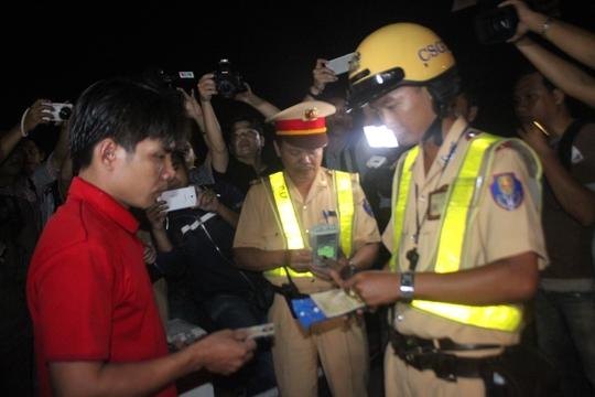 Lực lượng CSGT kiểm tra bằng FC và các giấy tờ liên quan đối với một tài xế xe container, vào đêm 1-7