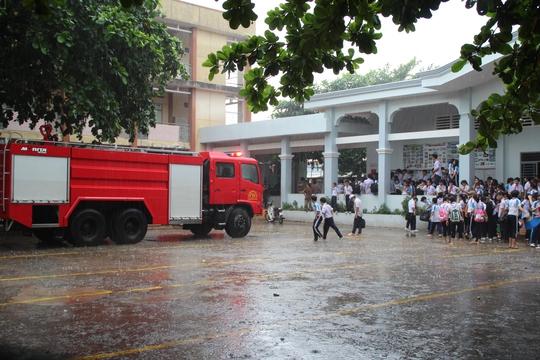 Cháy trường cấp 2, học sinh hoảng loạn