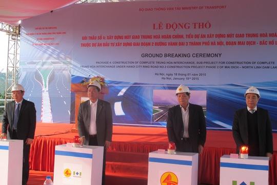 Lãnh đạo Bộ GTVT, TP Hà Nội bấm nút động thổ xây dựng nút giao Trung Hoà. ảnh: Văn Duẩn