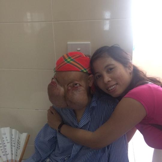 Bệnh nhân và một tình nguyện viên đã hỗ trợ đưa bệnh nhân đến BV điều trị