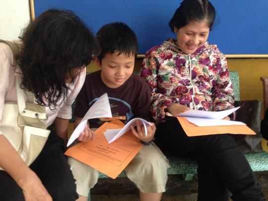 Phụ huynh và học sinh mua hồ sơ thi tuyển vào Trường THPT Chuyên Trần Đại Nghĩa