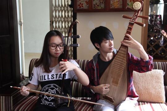 Bốn chị em trao đổi và tập luyện tại nhà của nghệ sĩ Hồ Nga - mẹ của Thảo Linh. Ảnh: Kim Khánh
