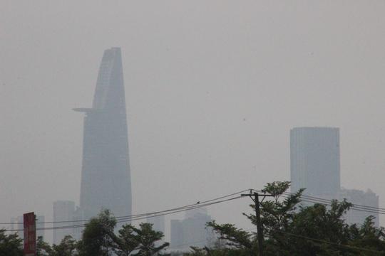 Tòa nhà Bitexco (quận 1) mờ trong sương