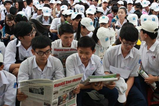 Học sinhh TP Tuy Hoà tề tựu về Trường THPT Nguyễn Huệ từ lúc 7 giờ sáng, háo hức chờ đợi chương trình diễn ra