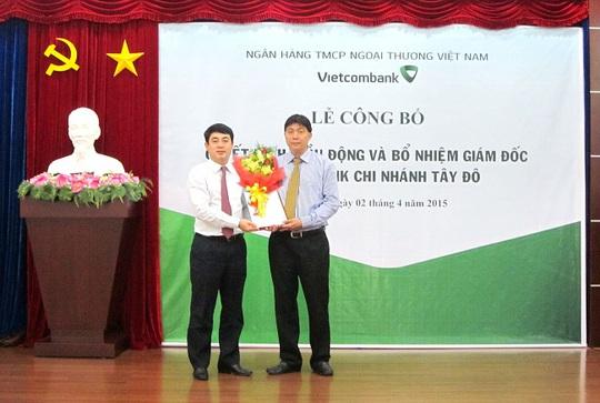 Ông Đỗ Trọng Phát (phải) được điều động, bổ nhiệm chức vụ Giám đốc Vietcombank Tây Đô thay cho ông Chuyển