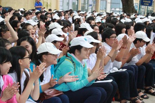 Học sinh hào hứng tham dự chương trình lần đầu tiên Báo Người Lao Động tổ chức tại Trường THPT Nguyễn Huệ