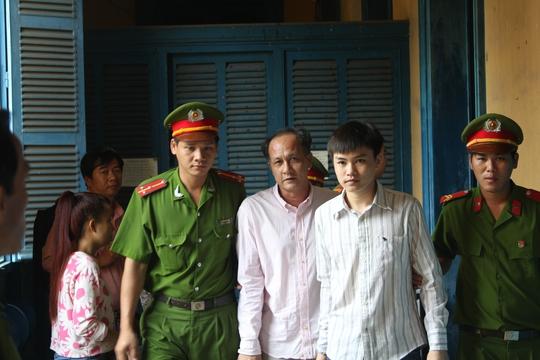 Bị cáo Lê Minh Luân (thứ 2 từ phải sang)