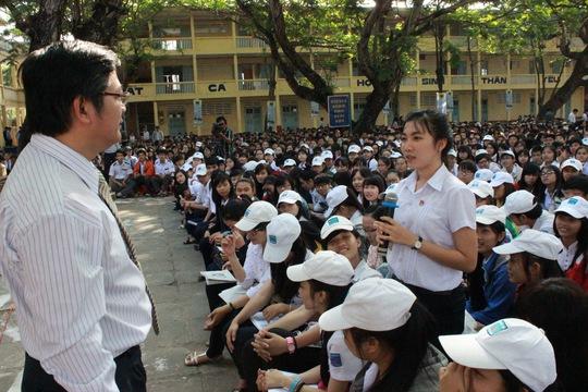 TS Trần Đình Lý trao đổi với học sinh về hướng nghiệp, chọn ngành nghề