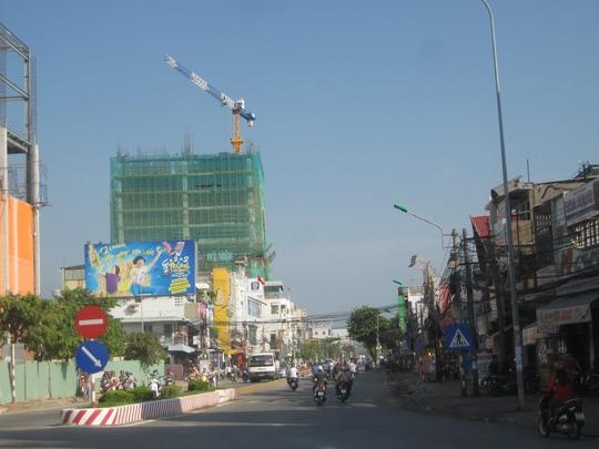 Cần cẩu lơ lửng tại một công trình xây dựng tòa nhà cao tầng của một công ty trên đường Cách Mạng Tám, quận Ninh Kiều, TP Cần Thơ sáng 11-5. Nhiều người tham gia giao thông khi đi ngang qua đây đều cảm thấy bất an