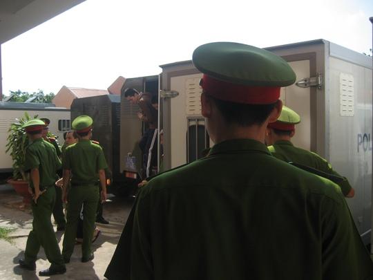 Cảnh sát hỗ trợ tư pháp dẫn giải các bị cáo vào phòng xử án