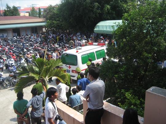 Xe cứu thương đưa người ngất xỉu đi bệnh viện cấp cứu
