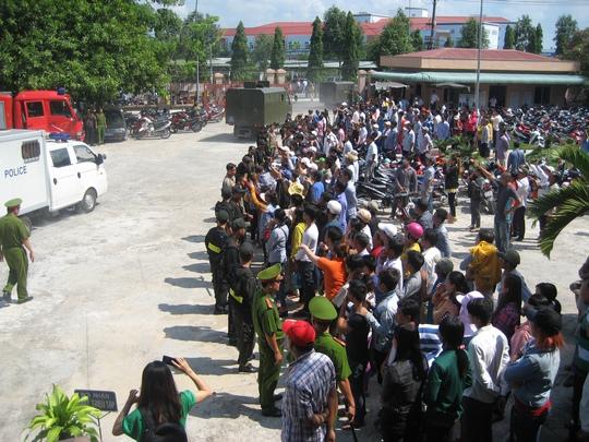 Thân nhân của các bị cáo xếp hàng dài trước sân tòa để theo dõi xe tù đưa các bị cáo về trại giam