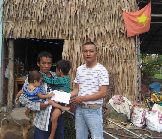 Đại diện Báo Người Lao Động Online trao 2 triệu đồng của bạn đọc hỗ trợ gia đình anh Thanh