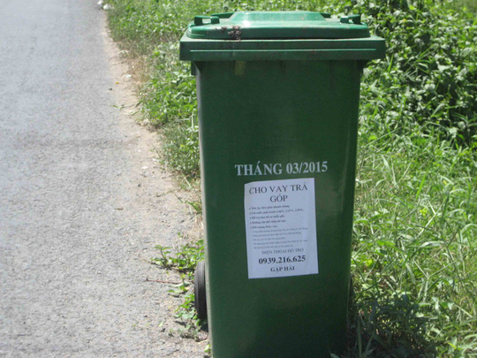 Mẫu tiếp thị cho vay trả góp này được dán trên hàng loạt thùng rác công co65ngtre6n quốc lộ 54