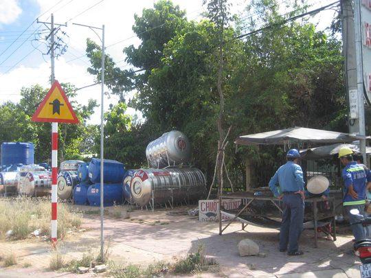 Phía trước cổng bệnh viện trở thành điểm bán chuột đồng và điểm tập hợp bồn chứa nước