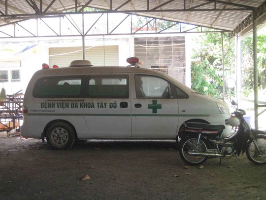 1 trong 2 xe cấp cứu của BV đã bị bụi bao phủ do không sử dụng trong thời gian dài