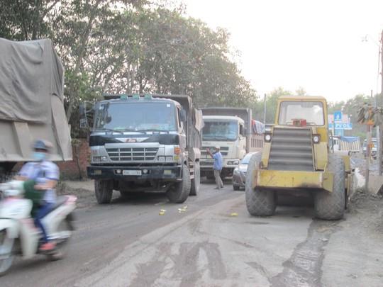 Xe tải bị chặn đậu kín hai bên đường cản trở các phương tiện khác