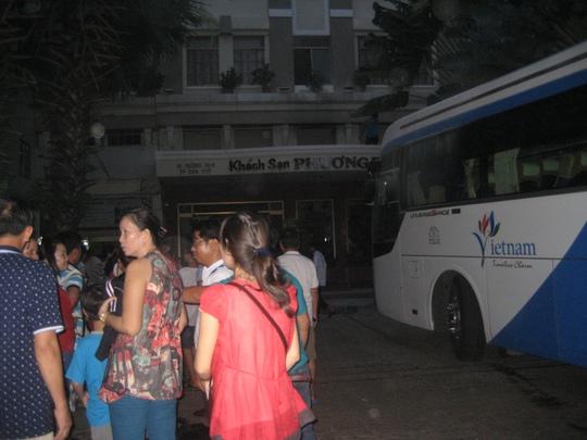 Nhiều khách chạy túa ra đường trong hoảng sợ