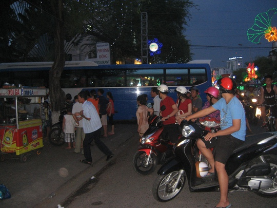 Người đi đường hiếu kỳ nên đậu xe lại theo dõi, gây ách tắc giao thông
