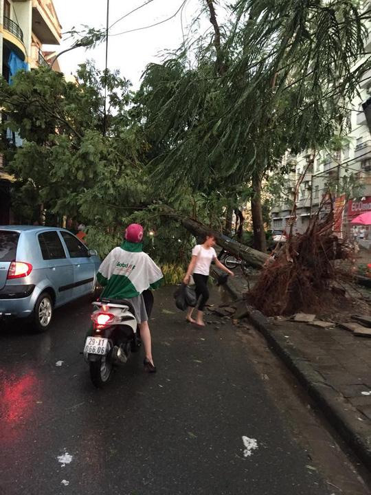 Hà Nội: Mưa giông kinh hoàng, 4 người thương vong