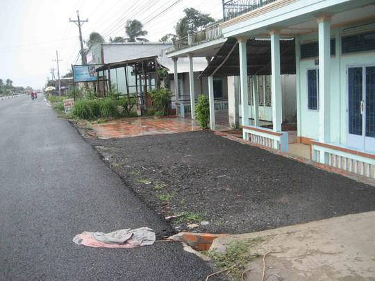 Phía trước nhà một hộ dân, nhựa đường và đá cũng được trải cho sạch sẽ