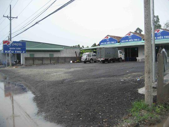 Một quán cơm rất quy mô nằm ven quốc lộ cũng được trải nhựa đường với diện tích rất lớn