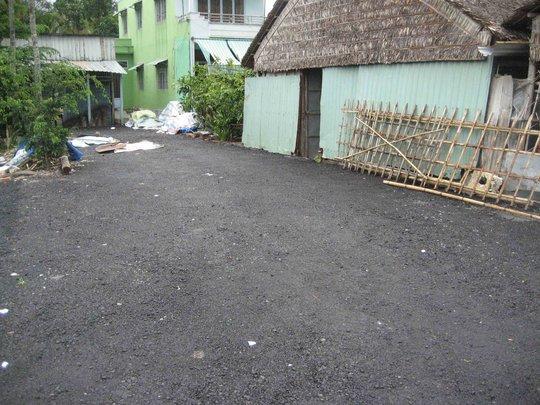 Lối đi vào nhà một hộ dân, nhựa đường được trải thẳng tắp