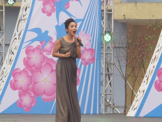 Ca sĩ Mỹ Linh đã đến hát phục vụ công nhân với các tiết mục sôi động
