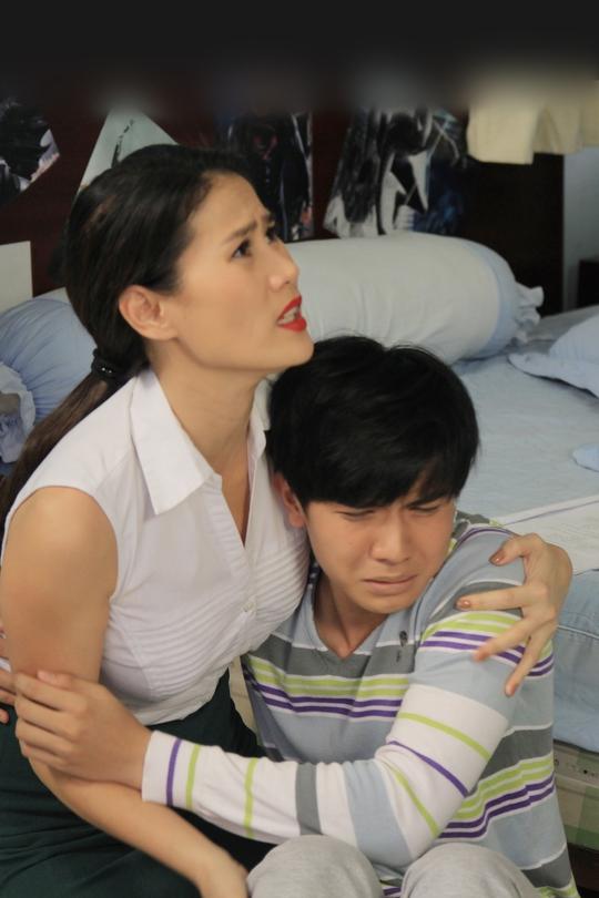 Và những cảnh thân mật với diễn viên Húng Trần