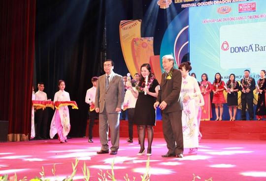 Đại diện DongA Bank nhận giải thưởng Thương hiệu mạnh