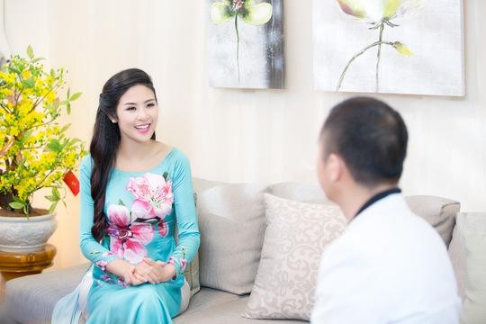 Hoa hậu Ngọc Hân cất công mang hoa đào vào Nam