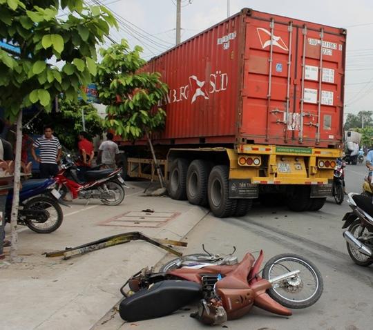 Sau va chạm liên hoàn, xe container đâm thẳng vào 1 nhà dân