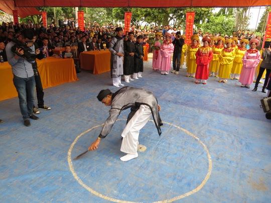 Trưởng thôn vẽ vòng tròn tuyên thệ