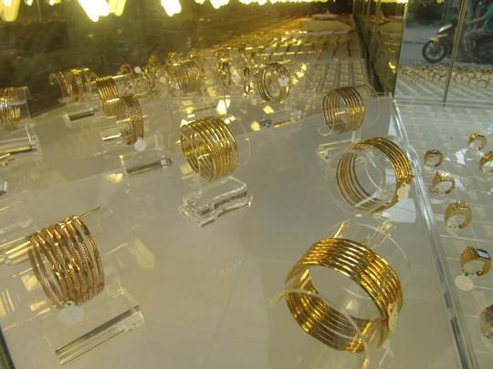 Giá vàng có dấu hiệu tăng bất thường, khoảng cách chênh lệch giá mua vào, bán ra bị đẩy lên tới 900.000 đồng/lượng