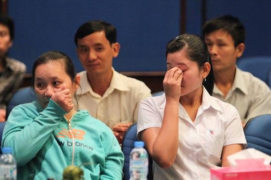 Hai nữ công nhân bật khóc khi xem Video clip về những tấm gương vượt khó của đồng nghiệp Ảnh: HOÀNG TRIỀU