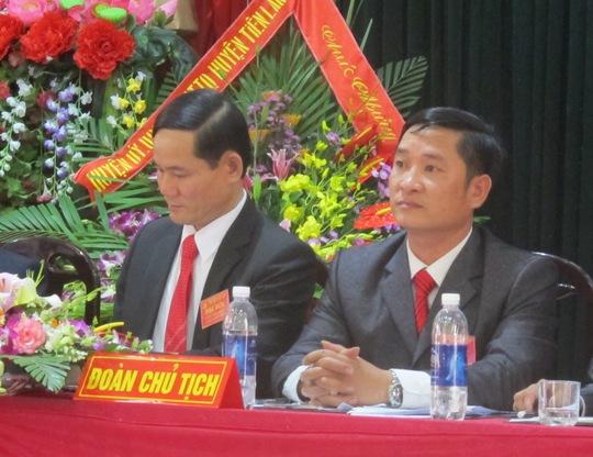 Từ trái qua phải: Bí thư xã Nhữ Văn Hải và chủ tịch xã Vũ Văn Nhân
