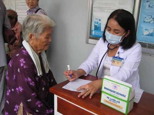Bác sĩ khám chữa bệnh cho người nghèo ngoại thành