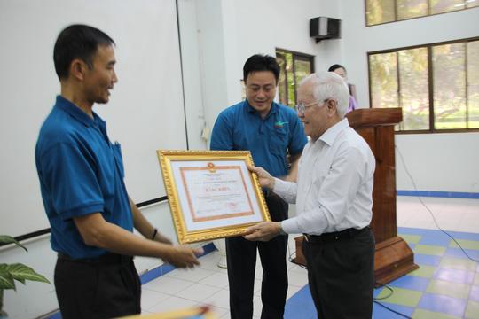 Lê Hoàng Quân, Chủ tịch UBND TP HCM tặng bằng khen đến Ban GĐ Thảo cầm viên.
