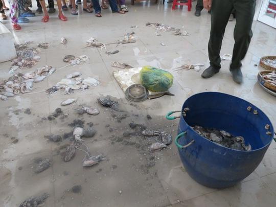 Số mực bị các tiểu thương đổ vương vãi trước cửa văn phòng Ban quản lý chợ Tam Kỳ Ảnh: Hà Phan