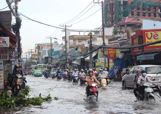 Mưa gây ngập nhẹ trên đường Lê Văn Việt khiến giao thông gặp nhiều khó khăn