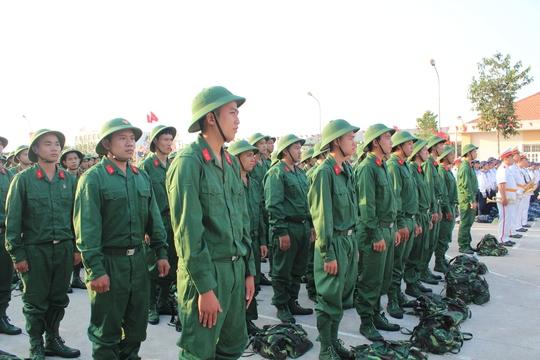 Thanh niên làm lễ trước giờ nhập ngũ